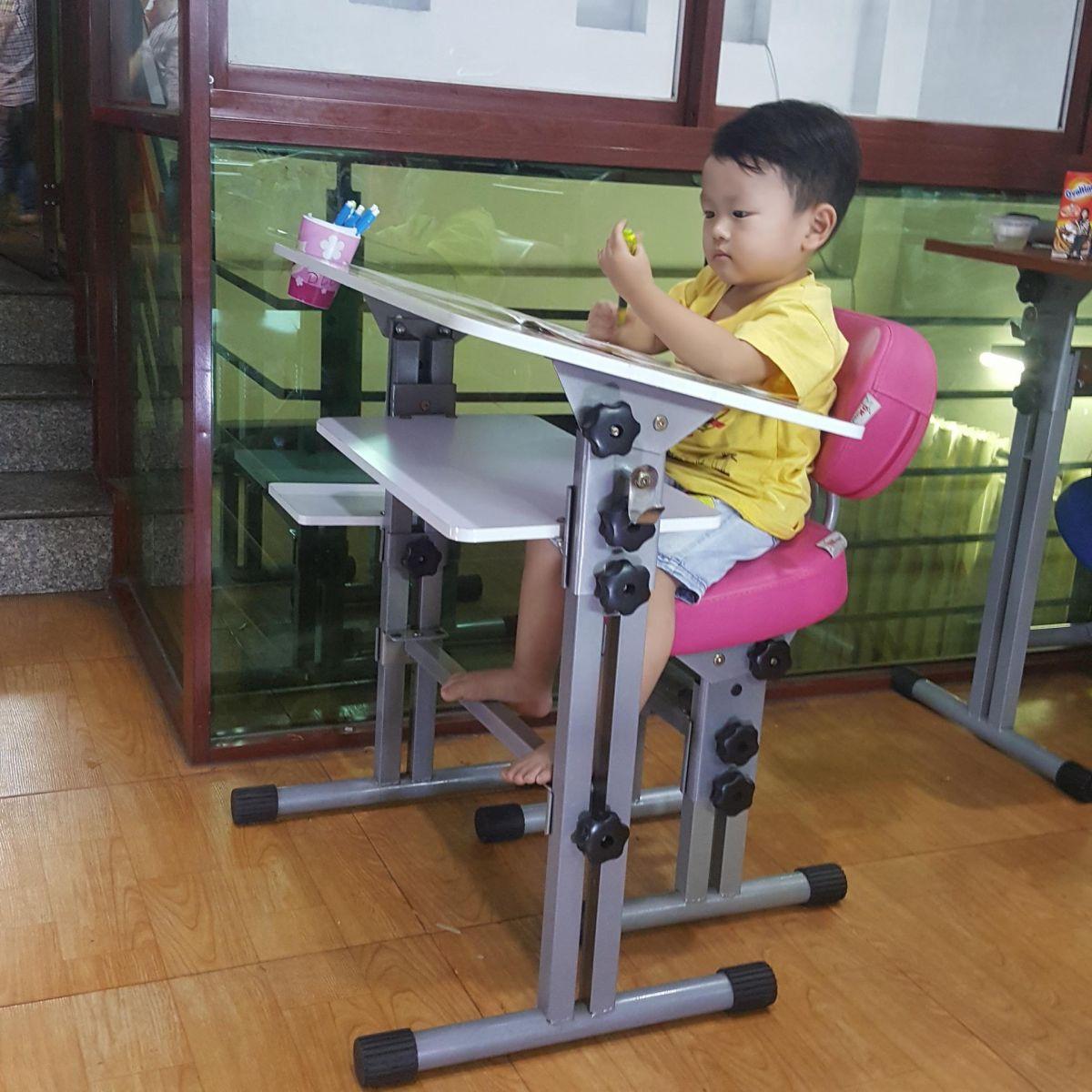 Vệ sinh nhà cửa, bàn ghế học cho trẻ mùa CORONA